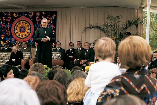 La universidad opus dei pagina principal fundador del Opus San Josemaria predicando