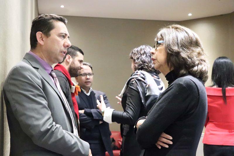 Victor Garcia, profesor de la Facultad de Comunicación junto a becarios Beca Carter.