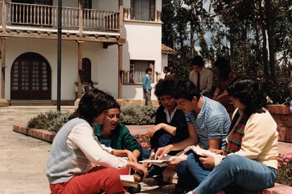 estudiantes en el edificio d