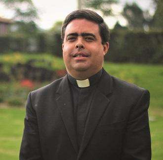 Padre Alejandro Velasques capellan