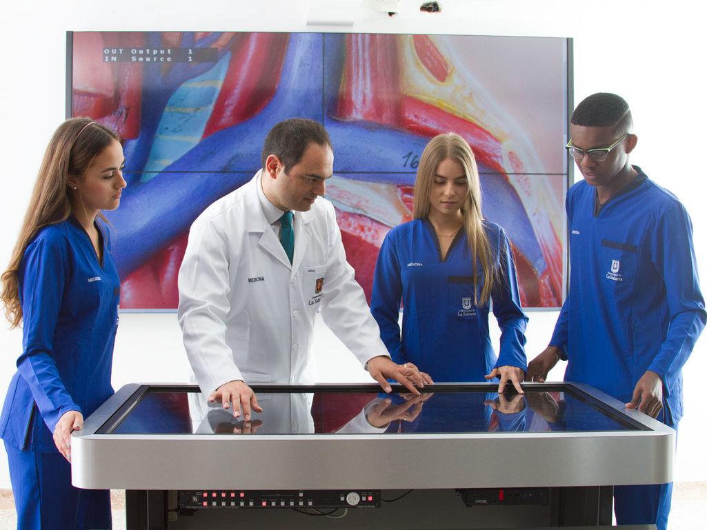 Práctica con mesas de anatomía virtual