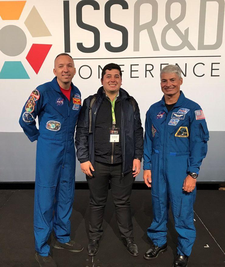 Astronautas Randy Bresnik y Mark T Vande con el Fisioterapeuta Jhon Gil (centro)