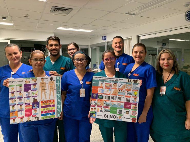 El graduado Gabriel Sebastián Arias Duarte (tercero de izquierda a derecha) y su grupo de Enfermería en el Hospital General de Medellín Luz Castro de Gutiérrez.