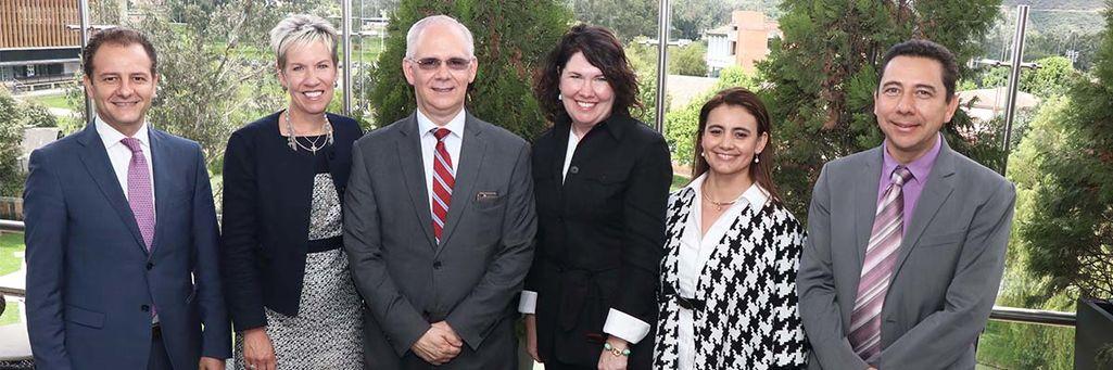 Rector de Universidad de La Sabana con la delegación del Carter Center.