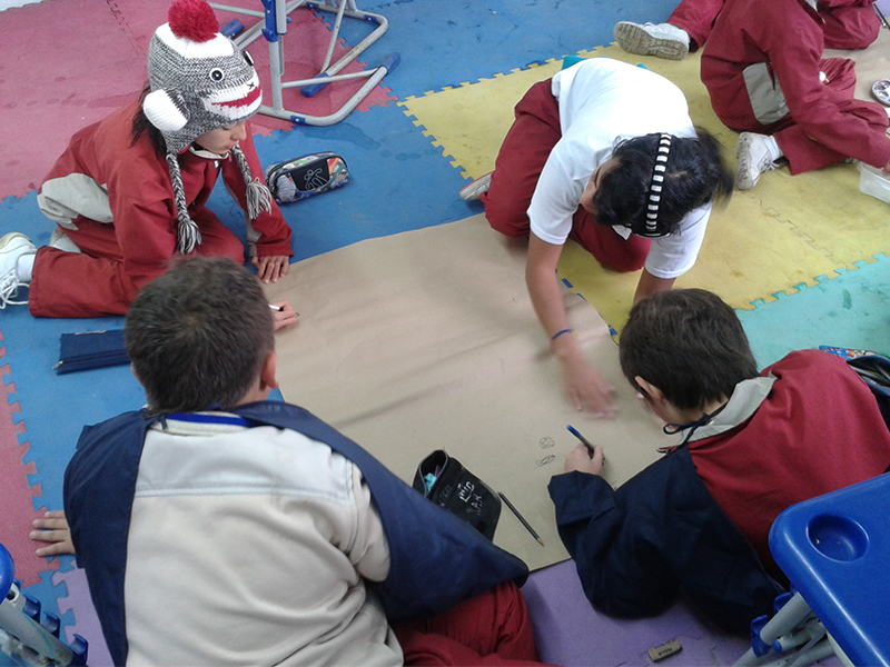 Estudiantes en ejercicio de clase durante las prácticas de educación